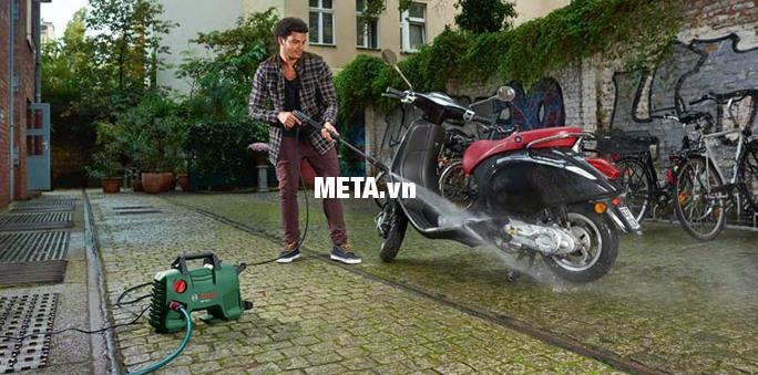 Máy rửa xe Bosch Aquatak-33-11 giúp rửa xe máy cực sạch.