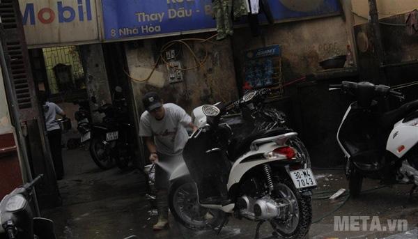 Tình trang đông đúc ở các cửa hàng rửa xe máy