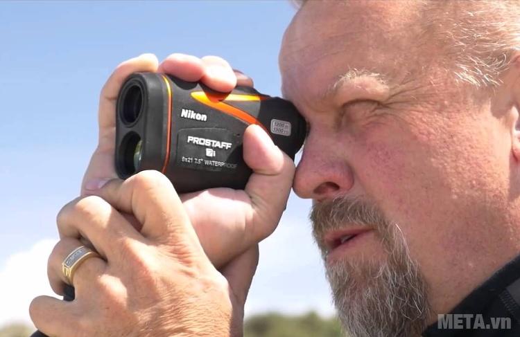 Ống nhòm đo khoảng cách Nikon Prostaff 7i sử dụng dễ dàng và tiện dụng.