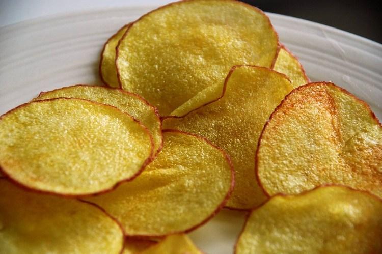Những lát khoai tây thơm ngon, giòn rụm được sấy bằng máy sấy.