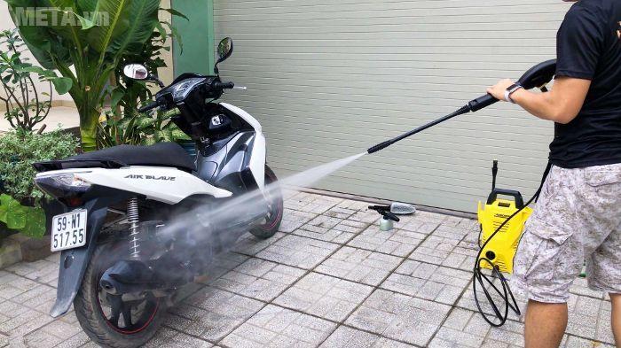 Dùng máy rửa xe Karcher K2 Compact phun ướt xe máy