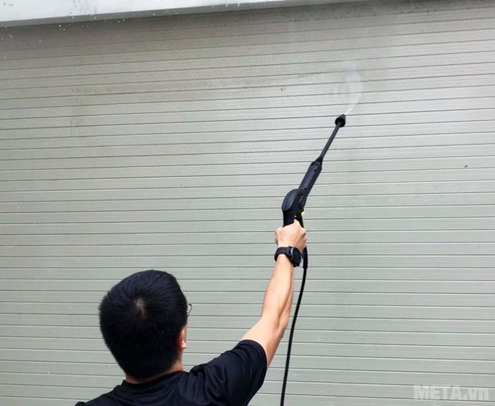 Dùng máy rửa xe Karcher K2 Compact để xịt rửa cửa