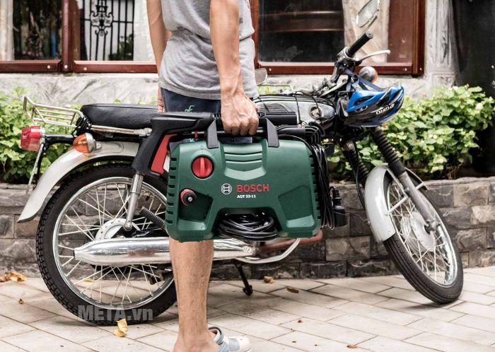 Máy rửa xe Bosch Aquatak-33-11 nặng 4kg nên xách tay di chuyển dễ dàng.