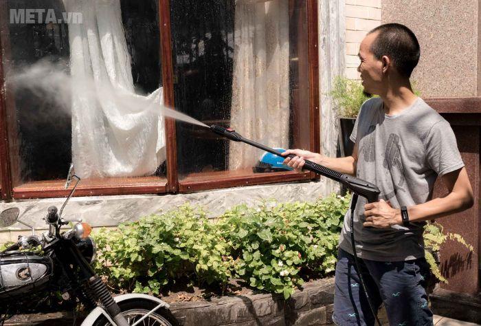 Có thể dùng máy phun xịt rửa Bosch Aquatak-33-11 để làm sạch cửa kính