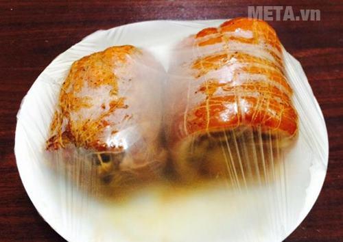 Bọc thịt bằng màng thực phẩm và để trong ngăn mắt tủ lạnh