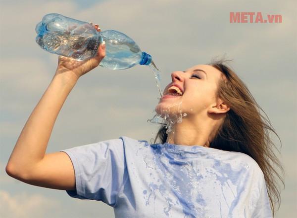 Thời tiết nắng nóng bạn nên bổ sung đủ lượng nước cho cơ thể