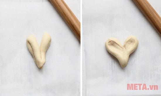 Bột mỳ đã được nặn thành hình trái tim