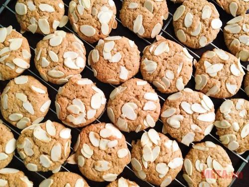 Bánh quy dừa hạnh nhân có màu sắc hấp dẫn, vị ngon khó chối từ