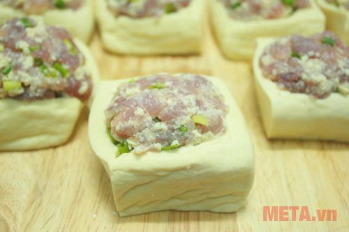 Xúc thịt nhồi vào từng phần đậu