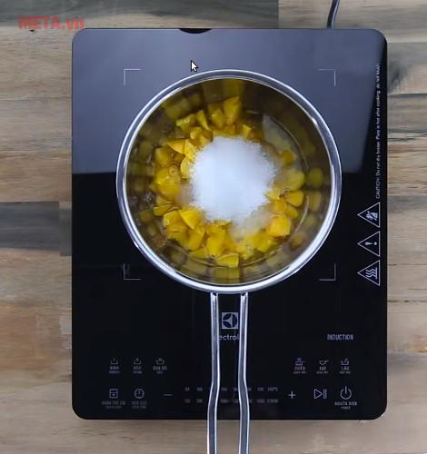 Bạn nấu lần lượt các phần hoa quả thành các phần Siro