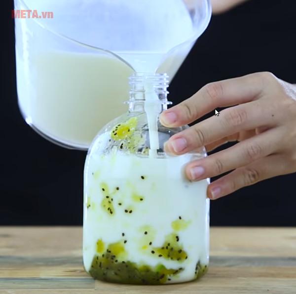 Cho phần hoa quả và sữa vào trong chai nhỏ, để vào tủ lạnh 1 tiếng là có thể uống được