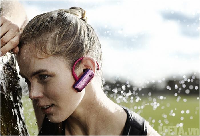 Tai nghe là một thiết bị điện tử nên bạn cần tránh cho chúng tiếp xúc với nước hoặc chất lỏng