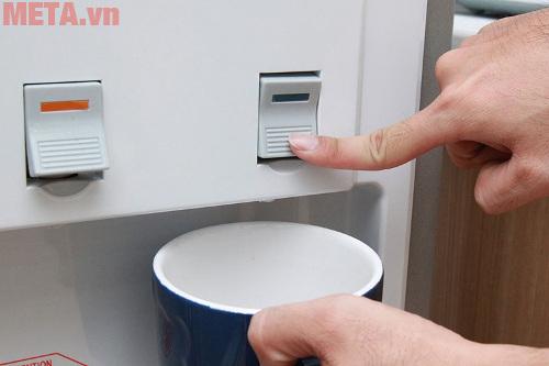 Một ly nước ấm sẽ giúp bạn làm ấm cơ thể khi mới đi lạnh về
