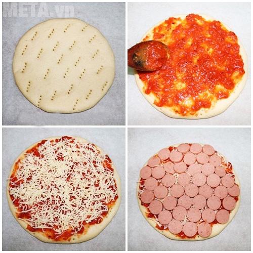 Phết sốt cà chua, xúc xích và phô mai lên bánh