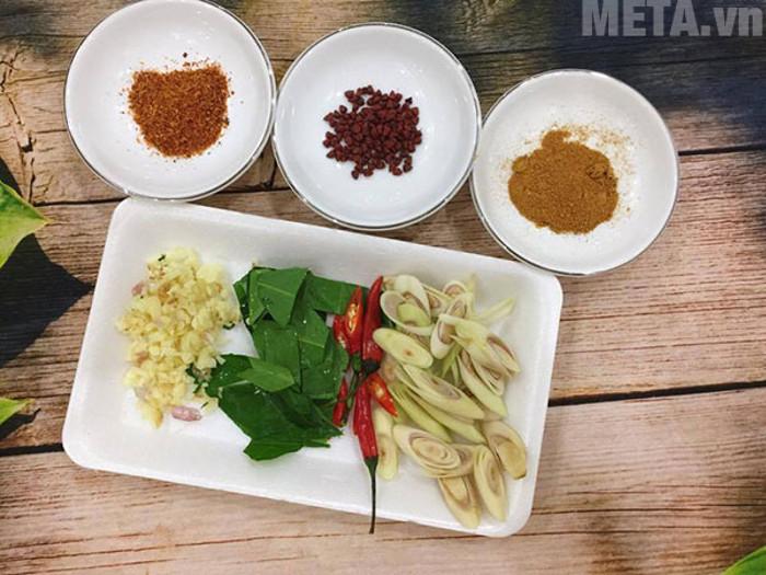 Sơ chế các nguyên liệu cho món khô gà lá chanh