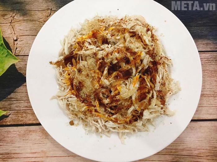 Tẩm ướp gà với các gia vị cho món khô gà