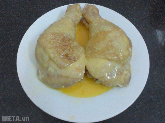 Nhúng đùi gà đã lăn qua bột vào trứng