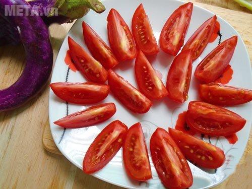 Thái cà chua ra thành từng miếng nhỏ