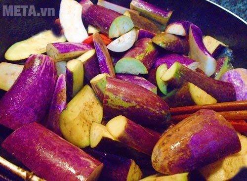 Cho cà tím vào chảo xào qua cho ngấm gia vị
