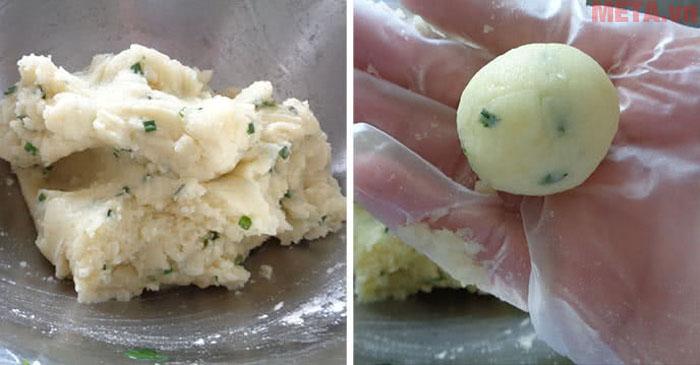 Khoai tây sau khi luộc hoặc hấp bạn tán nhuyễn để trộn cùng các gia vị