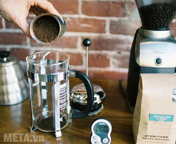 Cho cà phê đã xay vào trong bình pha cà phê kiểu Pháp