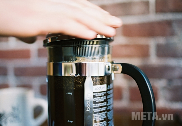 Đóng nắp bình kín lại để giữ hương vị cho cà phê