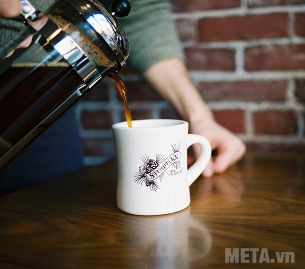 Rót cà phê ra tách và thưởng thức thôi
