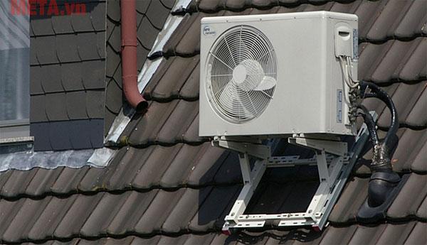 Đặt dàn nóng máy lạnh ngoài trời lâu dài sẽ làm giảm tuổi thọ của thiết bị