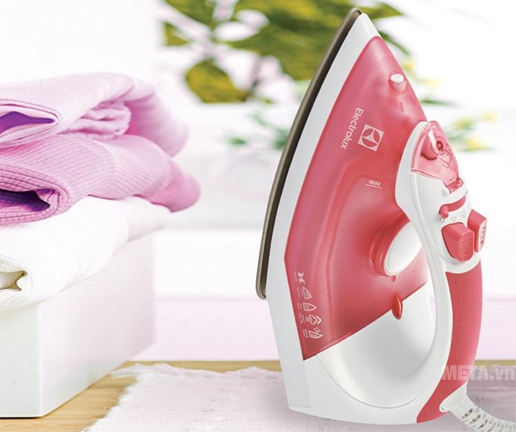 Bàn là hơi nước Electrolux ESI4005