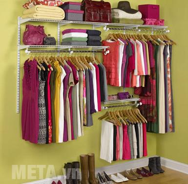Treo quần áo vào tủ sẽ giúp quần áo phẳng hơn