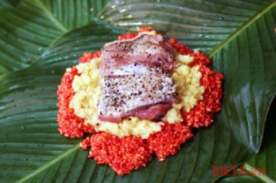 Bạn xếp 4 chiếc lá ra cho gạo nếp xuống trước tới đỗ rồi thịt