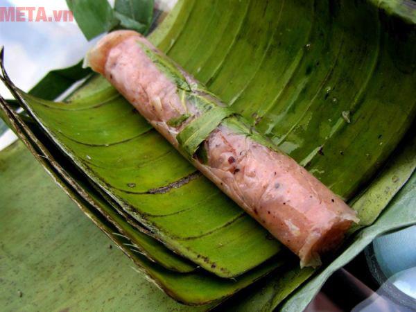 Quấn giấy nilon và lá chuối cho kín nem