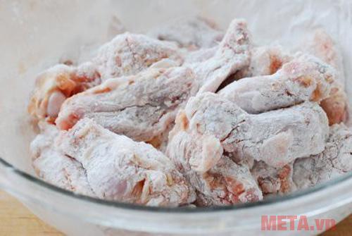 Tẩm gà với bột ngô