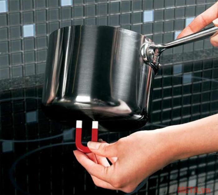 Dùng nam châm để nhận biết nồi chảo dùng cho bếp từ là cách sử dụng đơn giản nhất