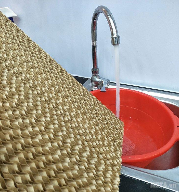 Bạn nên thường xuyên vệ sinh tấm làm mát với nước sạch