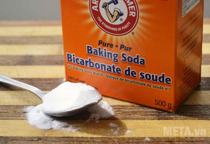 Làm sạch đáy chảo bằng baking soda