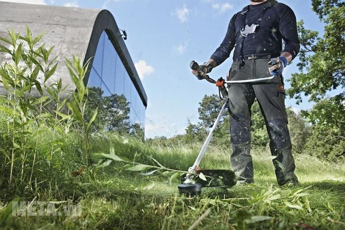 Máy cắt cỏ hỗ trợ công việc cắt cỏ trong vườn