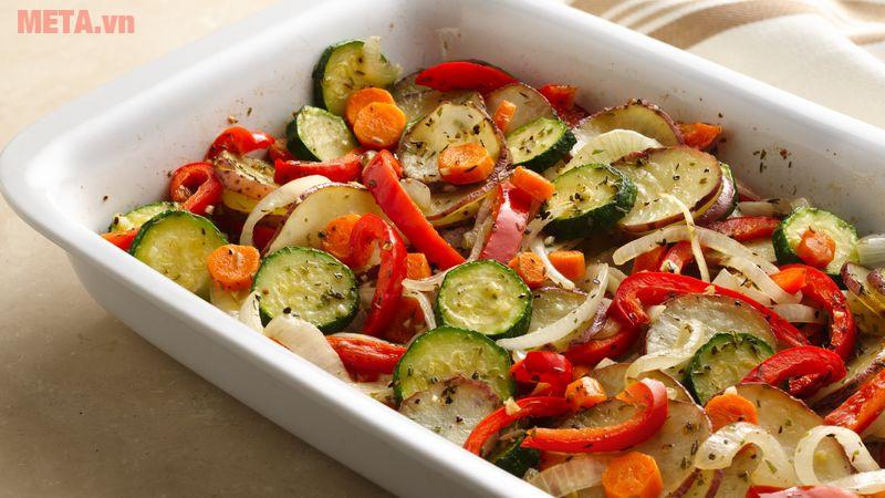 Trải đều rau lên dĩa và dưới lên 1 ít dầu trc khi cho vào nướng