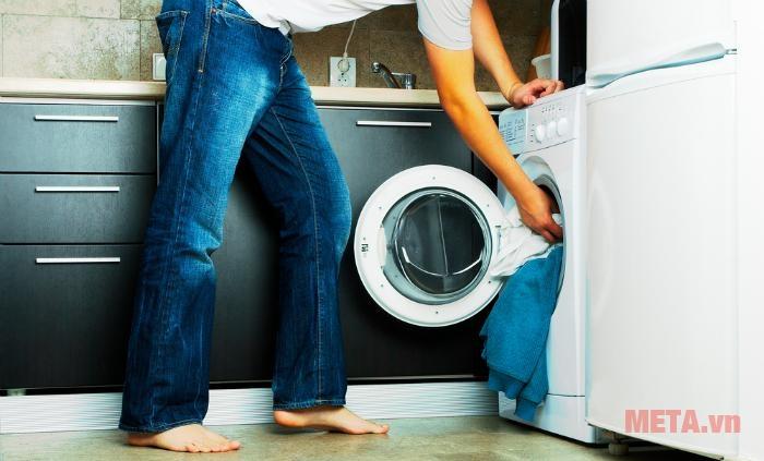 Không nên nhét quá nhiều quần áo vào máy giặt