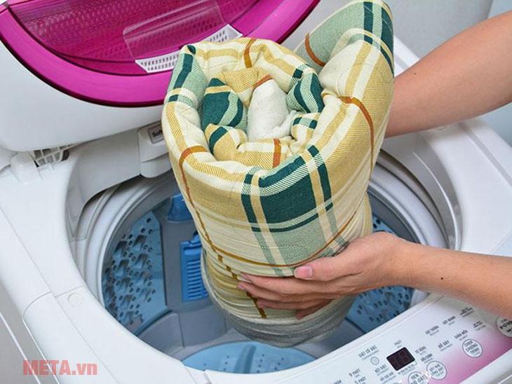 Cho chăn đã cuộn tròn vào trong lồng giặt